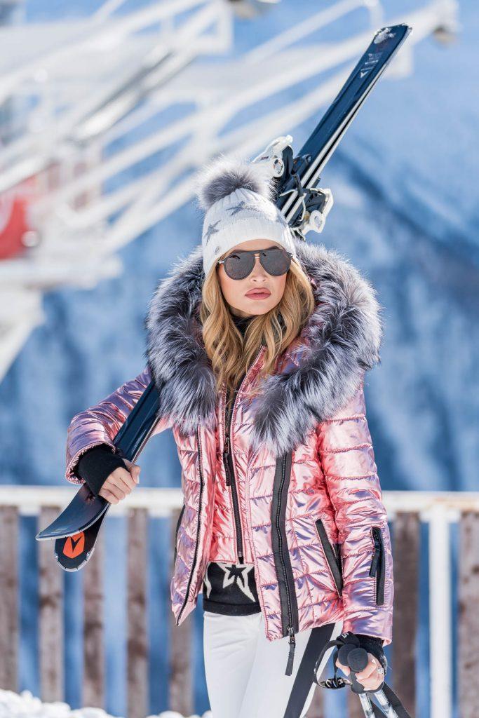 Juli carrying skis